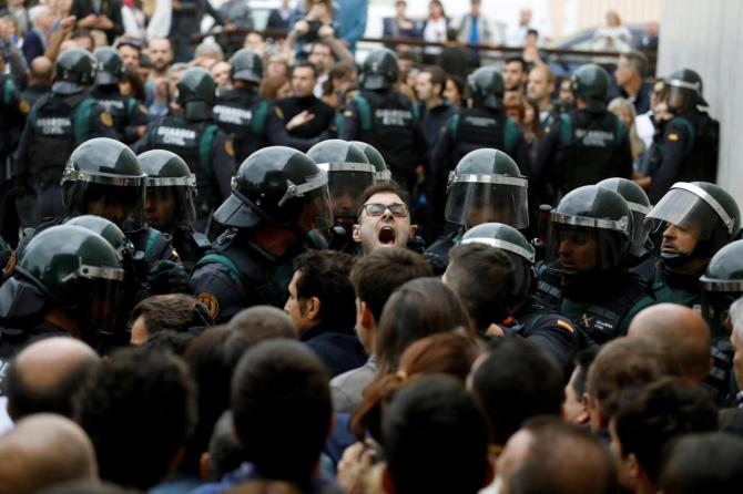1506868783344.JPG--referendum_catalogna__arriva_la_guardia_civil__scontri_con_la_polizia_davanti_ai_seggi