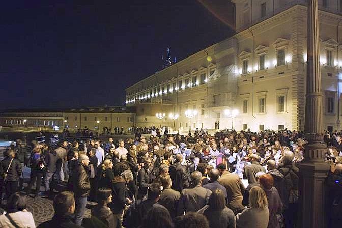 633029 La folla fuori il Quirinale in attesa delle dimissioni del premier Berlusconi