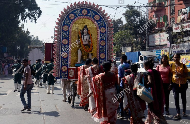 kolkata-india-12-feb-2018-hindu-portano-idol-del-signore-shiva-durante-la-bharat-sevasharam-sangh-maha-shivaratri-e-anniversario-di-nascita-del-loro-fondatore-pranavanandaji-maharaj-proc