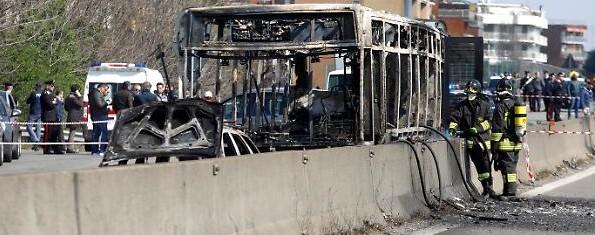 1553092125159.jpg--san_donato__guidatore_ferma_autobus_e_appicca_incendio__a_bordo_un_gruppo_di_bambini a