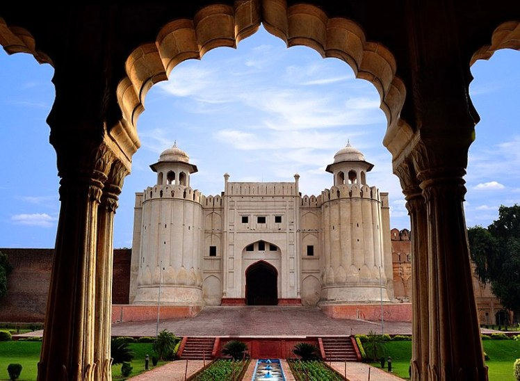 800px-Lahore_Fort_view_from_Baradari
