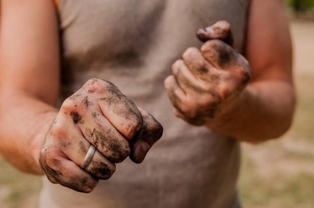 uomo-lavoratore-con-le-mani-sporche_1391-1252