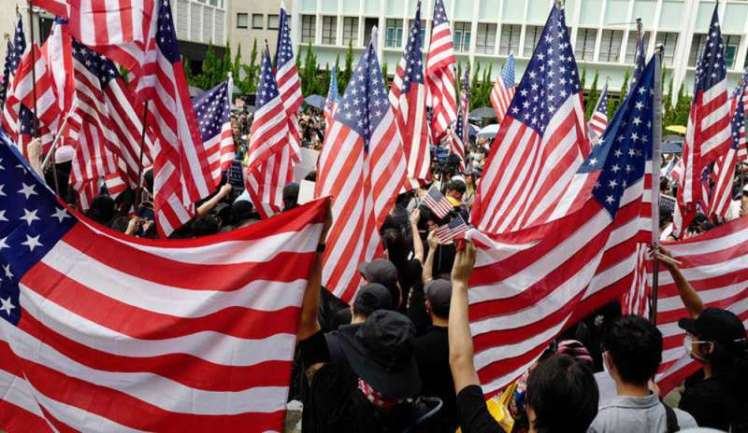img800-hong-kong--i-manifestantimarcianocon-le-bandiere-americane-147599